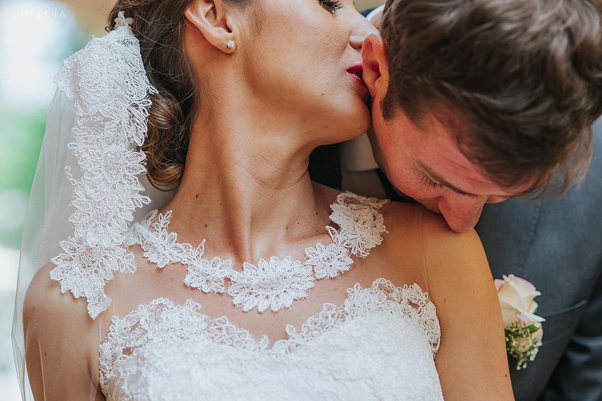Mire si mireasa sarutandu-se in Baia Mare la sedinta foto cu imagia.ro