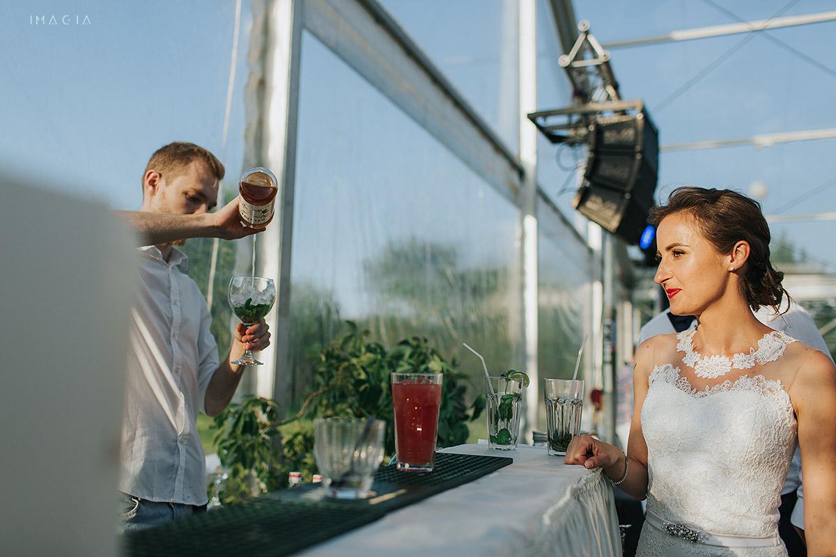 Mireasa la bar la onunta in Baia Mare fotografiata de imagia.ro