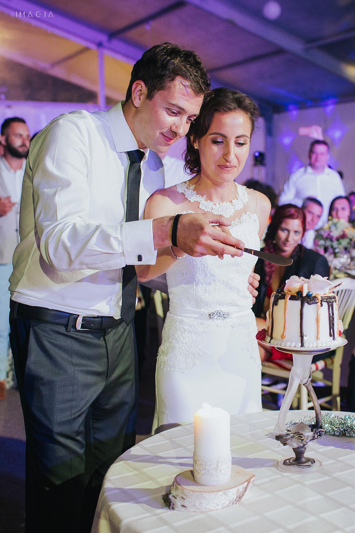 Miri taind tortulla o nunta in Baia Mare fotografiata de imagia.ro