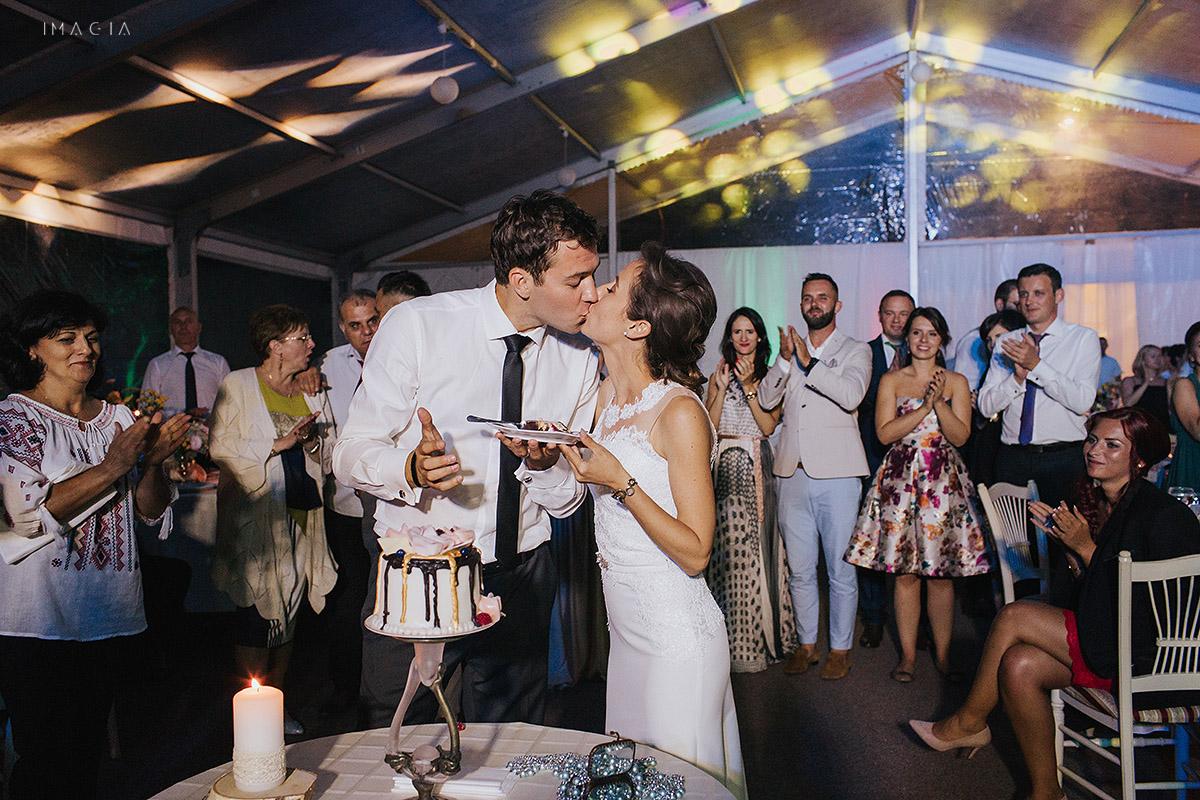 Taierea tortului la o nunta in Baia Mare fotografiata de imagia.ro