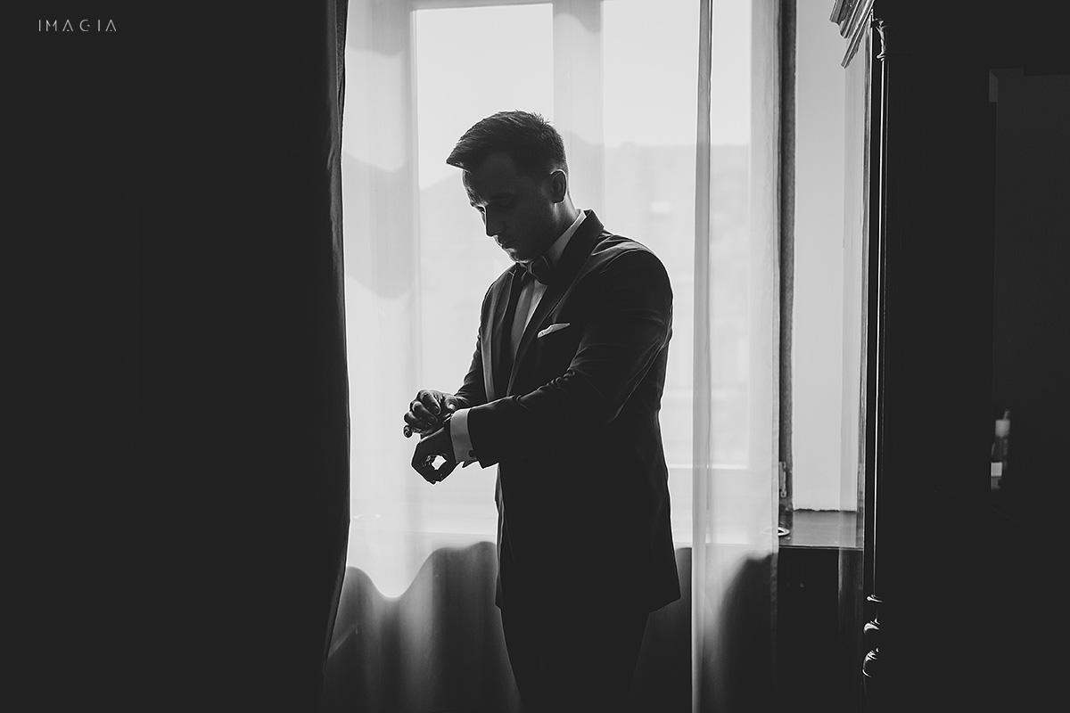 Fotografii de nunta in Satu Mare de la pregatirile mirelui la Hotel Poesis