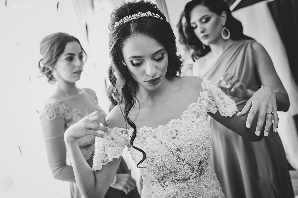 Fotografii de nunta in Satu Mare de la pregatirile miresei cu o rochie Ioana Calin